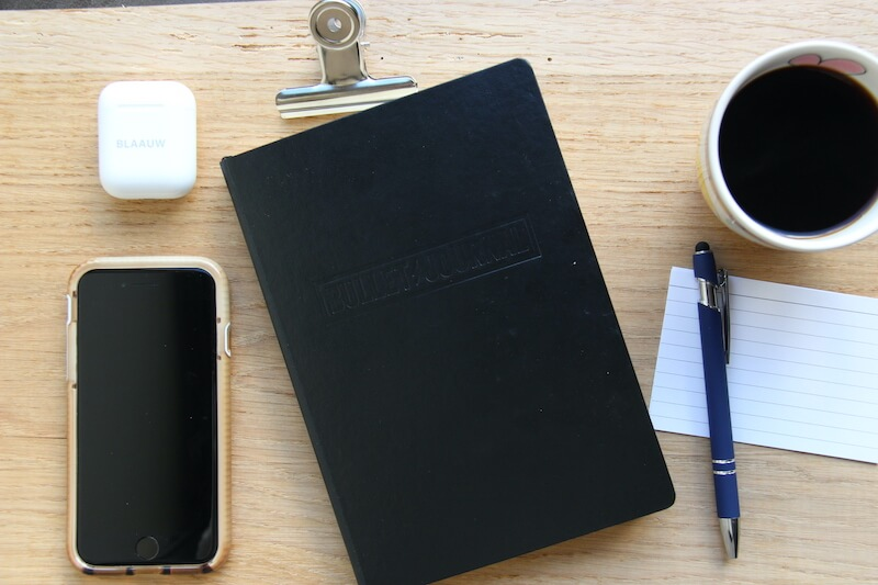 zakelijk journal met koffie voor een fijne mindset